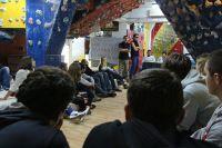 Motiv sa izborne skupštine Marula u Odakovoj, uz znakovit transparent na ogledalu!