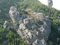 Na fotografiji se vidi cila stina Krvavice. Uređen je sektor u gornjem livon kantunu.